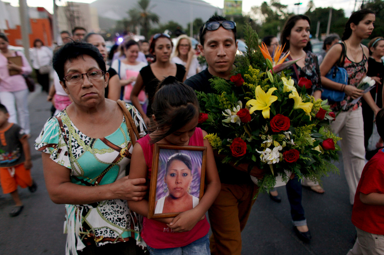relatives mourning zetas cartel victims